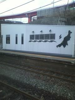 日本海が目の前に見える駅