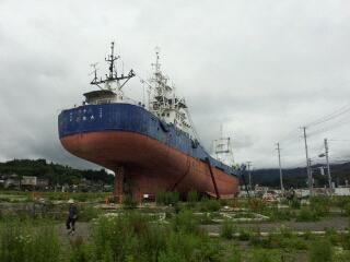 一本松と大型船